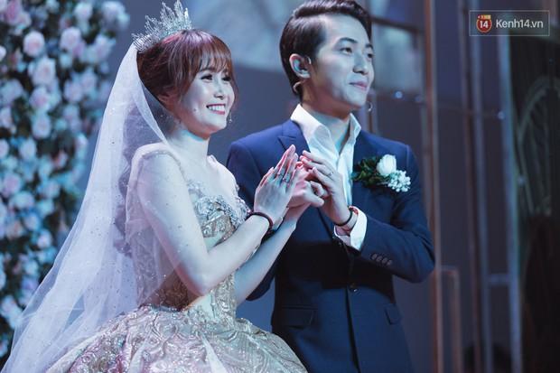 """Bố Cris Phan bật khóc trong đám cưới con trai, không quên hô to """"Thả tim đi"""" - Ảnh 12."""