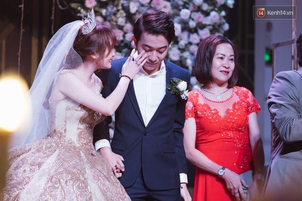 """Bố Cris Phan bật khóc trong đám cưới con trai, không quên hô to """"Thả tim đi"""" - Ảnh 2."""