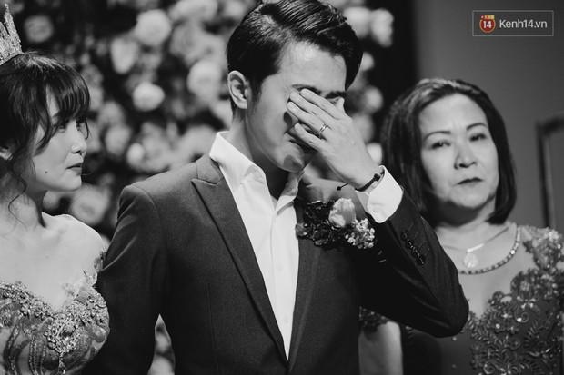 """Bố Cris Phan bật khóc trong đám cưới con trai, không quên hô to """"Thả tim đi"""" - Ảnh 3."""