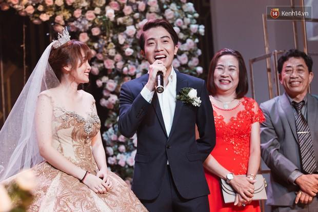 """Bố Cris Phan bật khóc trong đám cưới con trai, không quên hô to """"Thả tim đi"""" - Ảnh 4."""
