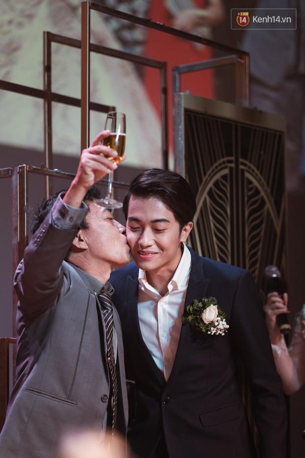 """Bố Cris Phan bật khóc trong đám cưới con trai, không quên hô to """"Thả tim đi"""" - Ảnh 5."""