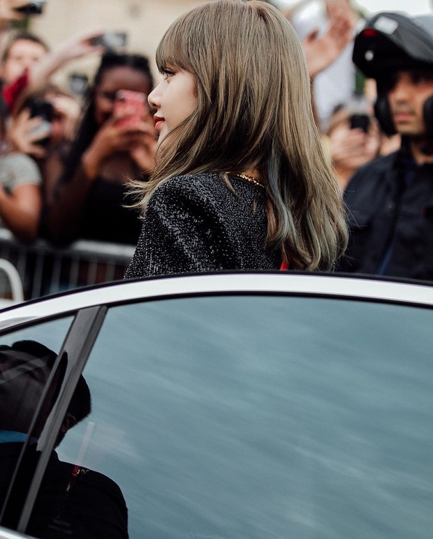 Muốn ná thở với bộ ảnh đẹp của Lisa tại sự kiện Paris: Lướt qua ống kính là thành bìa tạp chí, đôi chân mới khó tin - Ảnh 3.