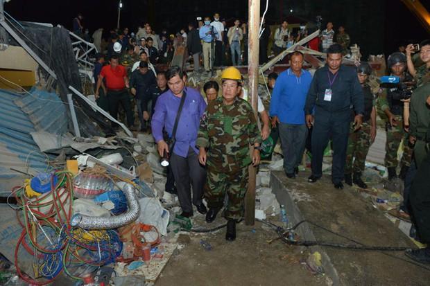 Sập tòa nhà đang xây tại Campuchia: Số người chết không ngừng tăng - Ảnh 1.