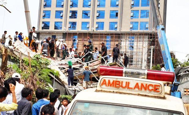 Sập tòa nhà đang xây tại Campuchia: Số người chết không ngừng tăng - Ảnh 2.