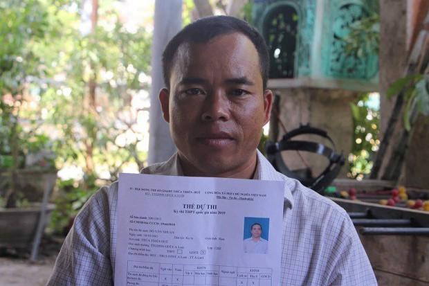 Con học lớp 11, cha lần đầu dự thi THPT quốc gia - Ảnh 1.