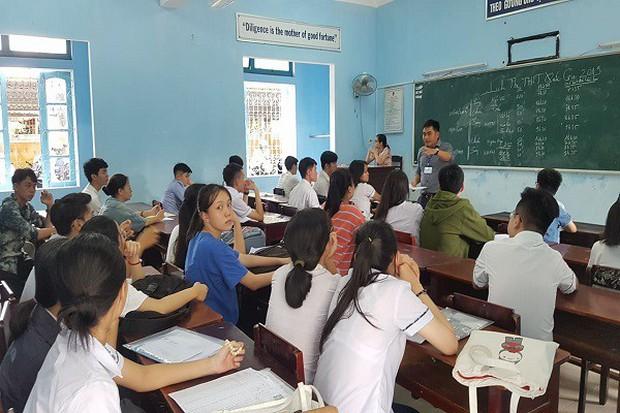 Con học lớp 11, cha lần đầu dự thi THPT quốc gia - Ảnh 2.