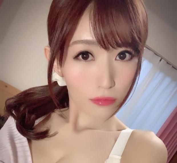 Góc khuất vụ nữ thần phim nóng Nhật Bản nhảy lầu tự sát: Bị ép đóng cảnh sex giá bèo, công ty bưng bít cái chết? - Ảnh 1.