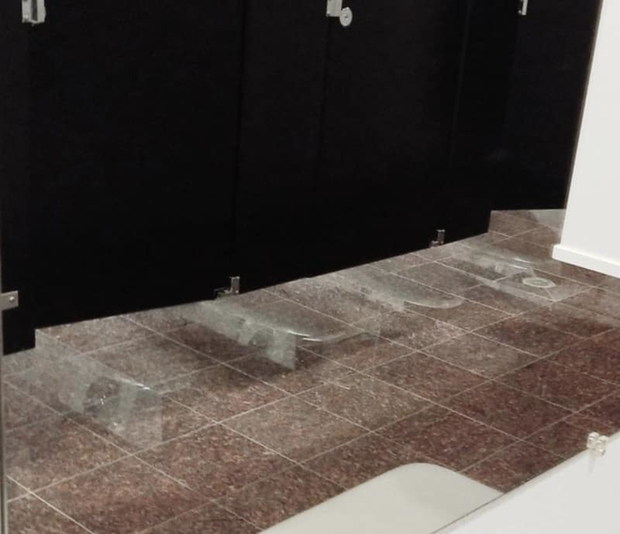 Thiết kế siêu thảm họa của các WC này khiến bạn tự nhủ thà nhịn còn hơn - Ảnh 6.