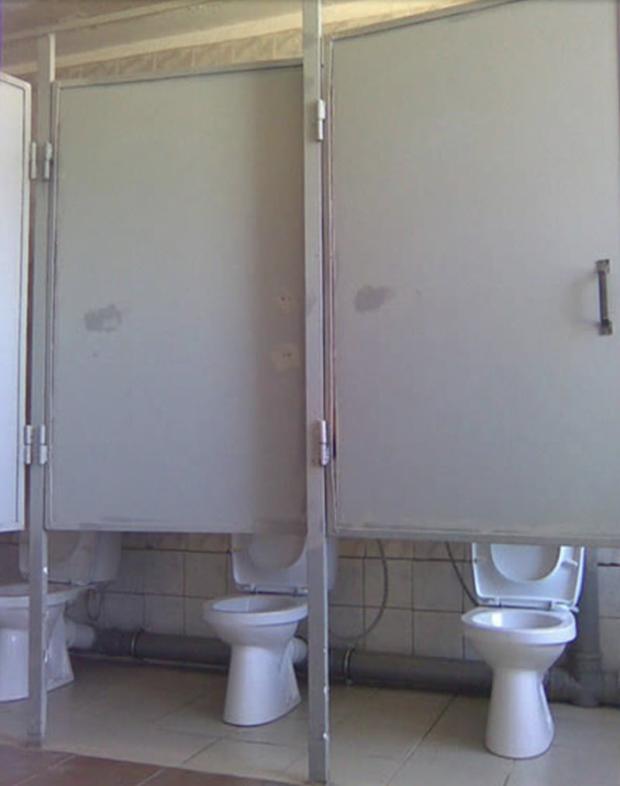 Thiết kế siêu thảm họa của các WC này khiến bạn tự nhủ thà nhịn còn hơn - Ảnh 10.