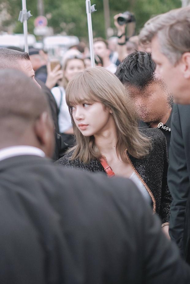 Mặc đơn giản, make-up sương sương dự sự kiện quốc tế, Lisa (BLACKPINK) gây choáng với nhan sắc thách thức mọi camera - Ảnh 3.