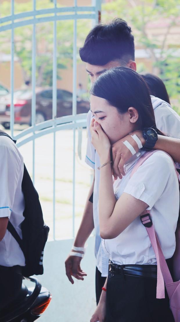 Khoảnh khắc nam sinh ôm vỗ về, động viên nữ sinh bật khóc sau buổi thi Ngữ văn gây bão MXH - Ảnh 4.