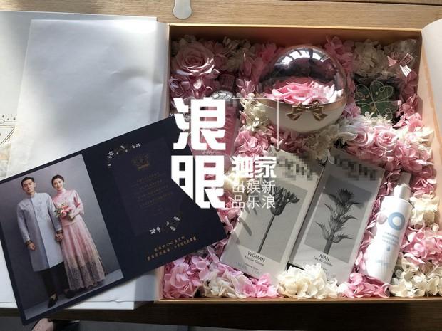 Hé lộ quà mời cưới của mỹ nhân Tây Du Ký và sao Pháp Sư Vô Tâm, cặp đôi cười tít mắt chuẩn bị về chung 1 nhà - Ảnh 1.