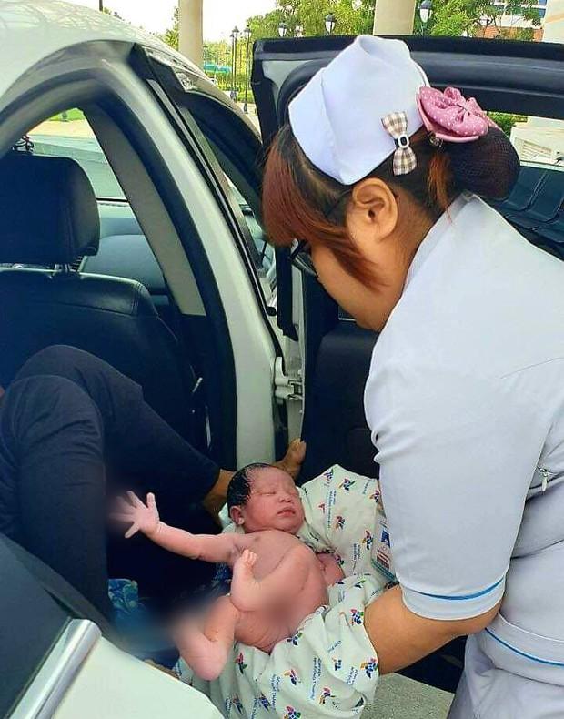 Khoảnh khắc bé trai cất tiếng khóc chào đời ngay trước cổng bệnh viện ở Sài Gòn khiến bác sĩ xúc động - Ảnh 2.