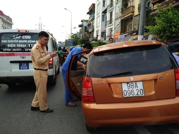 Hé lộ nguyên nhân vụ ô tô mất lái lao lên vỉa hè, 2 thanh niên trong xe hạ kính nằm lăn ra ngủ lay mãi không dậy - Ảnh 2.