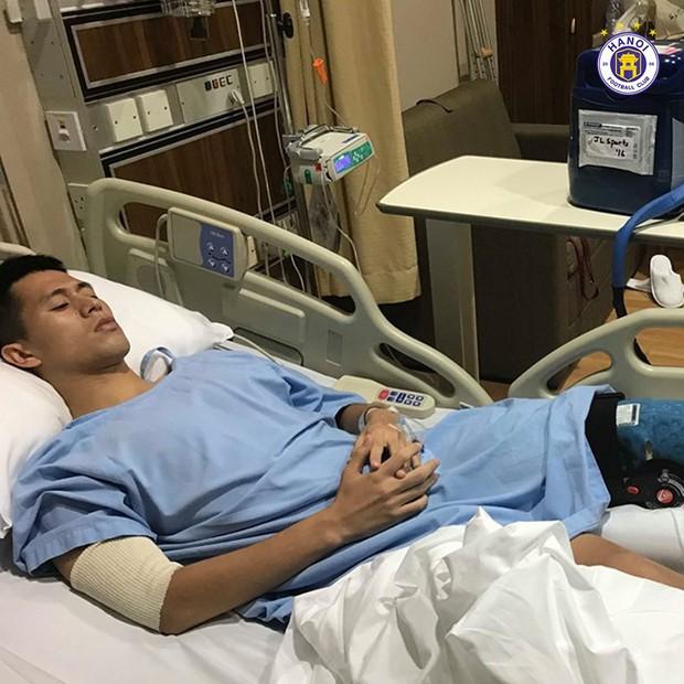 Những hình ảnh đầu tiên của Đình Trọng sau phẫu thuật đứt dây chằng khiến fan không khỏi xót xa - Ảnh 3.