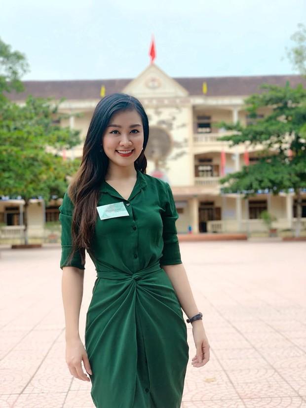 Nữ giám thị xinh đẹp gây chú ý tại điểm thi THPT Quốc gia ở Nghệ An, profile khủng của cô càng khiến mọi người kinh ngạc - Ảnh 1.