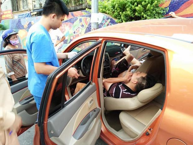 Hé lộ nguyên nhân vụ ô tô mất lái lao lên vỉa hè, 2 thanh niên trong xe hạ kính nằm lăn ra ngủ lay mãi không dậy - Ảnh 1.