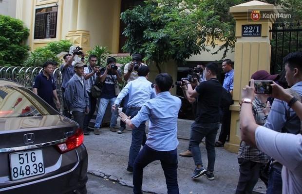 Ông Nguyễn Hữu Linh vội vàng chạy vào nhà vệ sinh để né tránh phóng viên trong ngày hầu tòa - Ảnh 1.