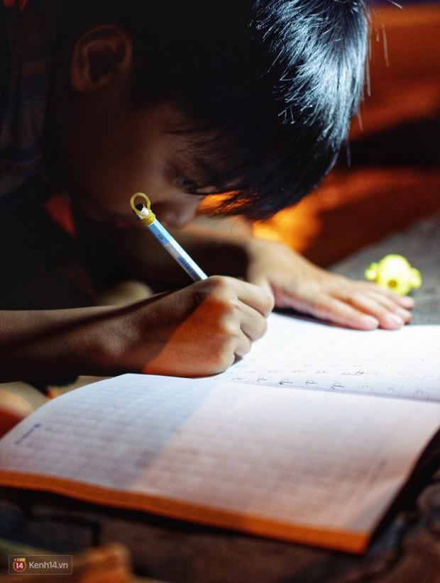 Phía sau bức ảnh cậu bé học bài trên vỉa hè cạnh chợ Bến Thành Sài Gòn: Không giấy tờ, không nhà cửa thì đi học làm sao... - Ảnh 4.