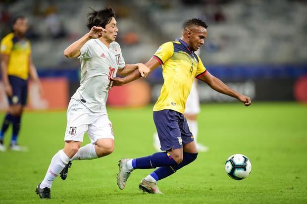 Tuyển thủ Nhật Bản ôm mặt thất vọng, các đại diện châu Á sạch bóng ở tứ kết cúp bóng đá Nam Mỹ - Ảnh 1.