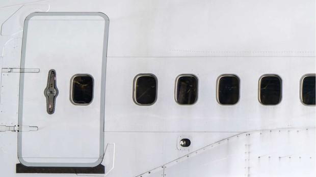 Đây là những gì thực sự sẽ xảy ra nếu bạn muốn mở cửa máy bay khi đang ở giữa bầu trời - Ảnh 3.