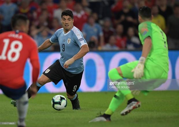 Phút hớ hênh của anh bạn thân Messi đang chơi cho tuyển Uruguay: Đòi penalty vì bóng... chạm tay thủ môn - Ảnh 1.