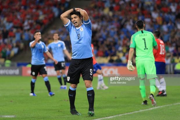 Phút hớ hênh của anh bạn thân Messi đang chơi cho tuyển Uruguay: Đòi penalty vì bóng... chạm tay thủ môn - Ảnh 4.