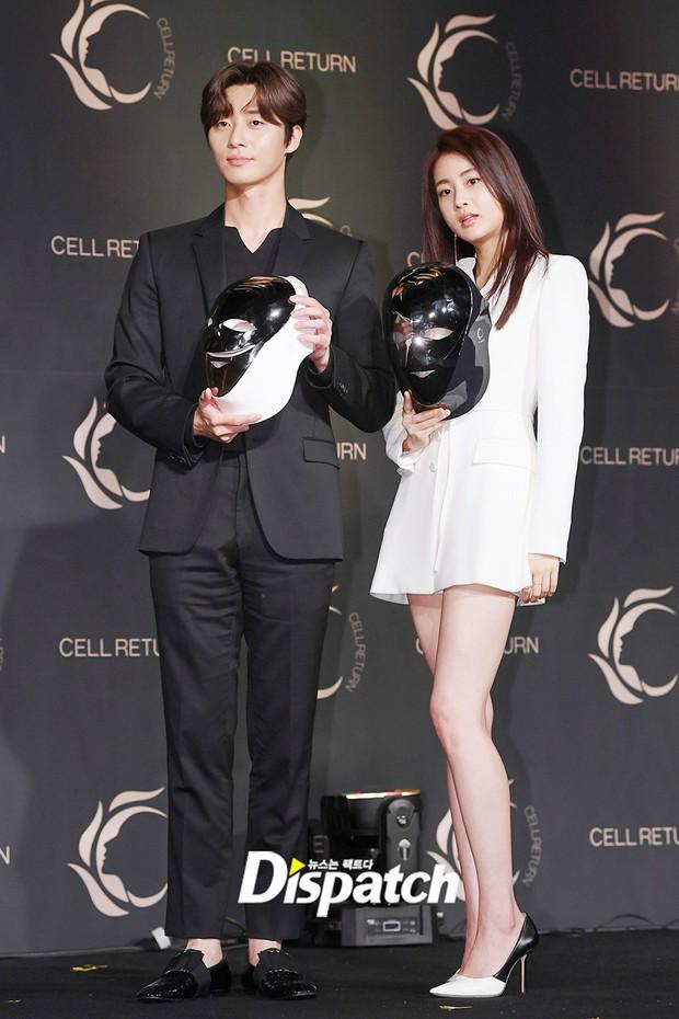 Nam thần vạn người mê Park Seo Joon bị lấn át giữa sự kiện chỉ vì... đôi chân cực phẩm của bạn gái cũ Hyun Bin - Ảnh 2.