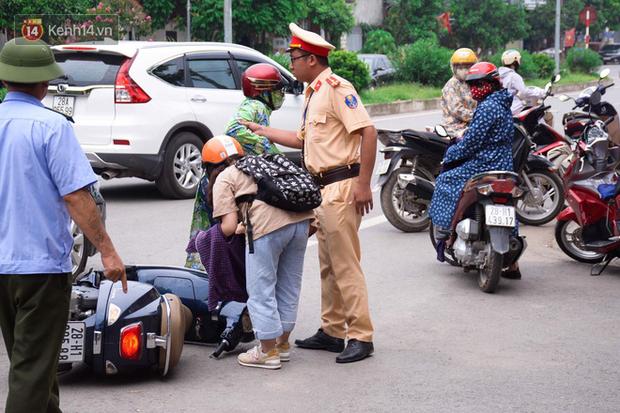 Thí sinh đi xe ô tô mở cửa bất cẩn khiến gia đình thí sinh khác ngã sõng soài ra đường - Ảnh 2.
