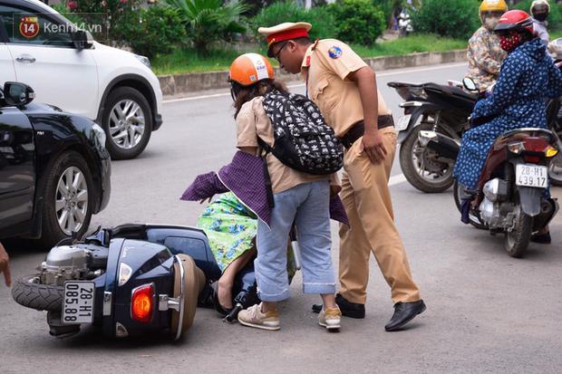 Thí sinh đi xe ô tô mở cửa bất cẩn khiến gia đình thí sinh khác ngã sõng soài ra đường - Ảnh 1.