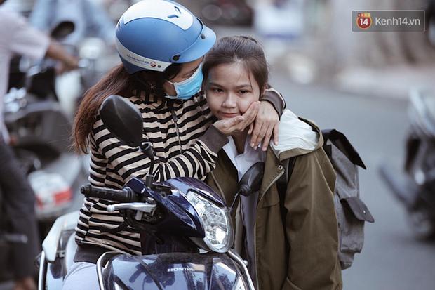 Những nụ hôn vội cha mẹ trao con trước cổng trường thi: Con đã cố gắng hết sức rồi, về nhà ăn cơm với mẹ thôi! - Ảnh 1.