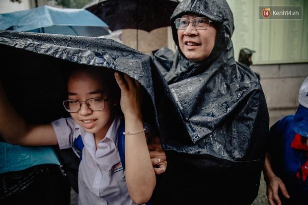 Những nụ hôn vội cha mẹ trao con trước cổng trường thi: Con đã cố gắng hết sức rồi, về nhà ăn cơm với mẹ thôi! - Ảnh 10.