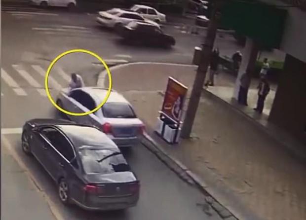 Thấy vợ ngồi trong xe ô tô với trai lạ, người đàn ông điên cuồng đánh ghen bất chấp nguy hiểm tính mạng của chính mình - Ảnh 4.