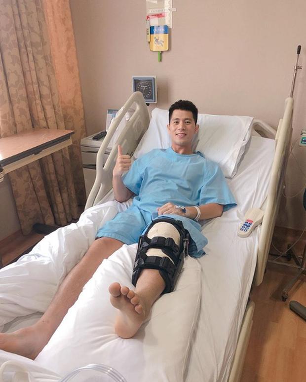 Đình Trọng tươi tỉnh trên giường bệnh, gửi lời cảm ơn đến người hâm mộ sau ca phẫu thuật thành công tại Singapore - Ảnh 1.