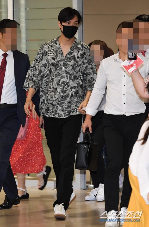 Dàn sao Hàn đổ bộ sân bay sau sự kiện ở Paris: Lisa đẳng cấp khoe eo siêu nhỏ, Lee Min Ho gây choáng với mặt mộc - Ảnh 7.