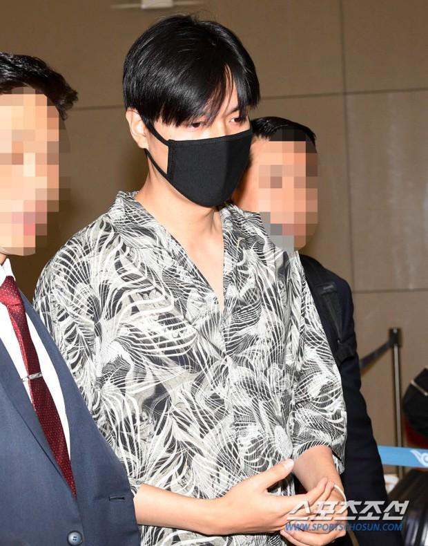 Dàn sao Hàn đổ bộ sân bay sau sự kiện ở Paris: Lisa đẳng cấp khoe eo siêu nhỏ, Lee Min Ho gây choáng với mặt mộc - Ảnh 8.