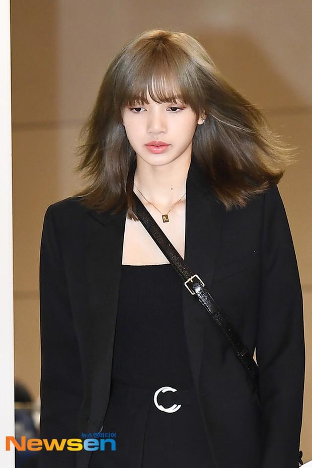 Dàn sao Hàn đổ bộ sân bay sau sự kiện ở Paris: Lisa đẳng cấp khoe eo siêu nhỏ, Lee Min Ho gây choáng với mặt mộc - Ảnh 5.