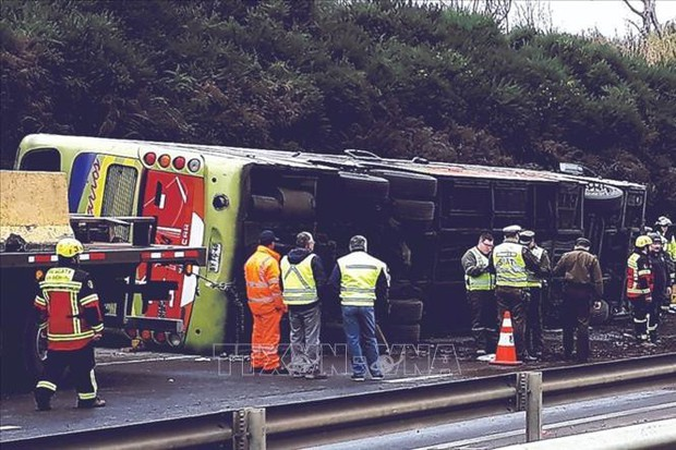 Xe buýt bị lật, ít nhất 26 người thương vong  - Ảnh 1.