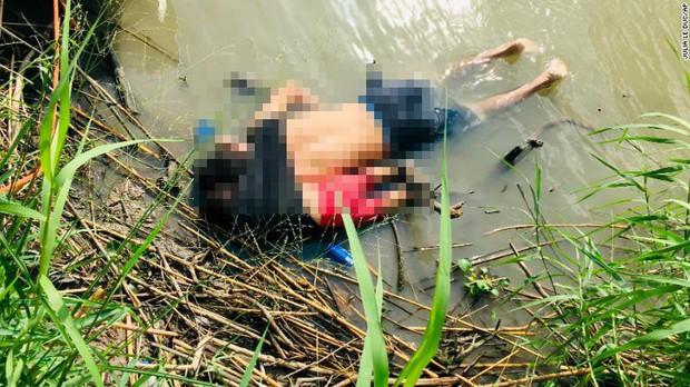 Những bức ảnh lay động lòng người cho thấy sự tàn nhẫn của thảm họa di cư, khi hàng rào thép gai nơi biên giới cứa nát cuộc đời những đứa trẻ - Ảnh 1.