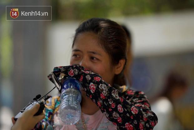 Con gái thi Lý xong nói chỉ làm được 8 điểm, bà mẹ bật khóc nức nở trước cổng trường - Ảnh 1.