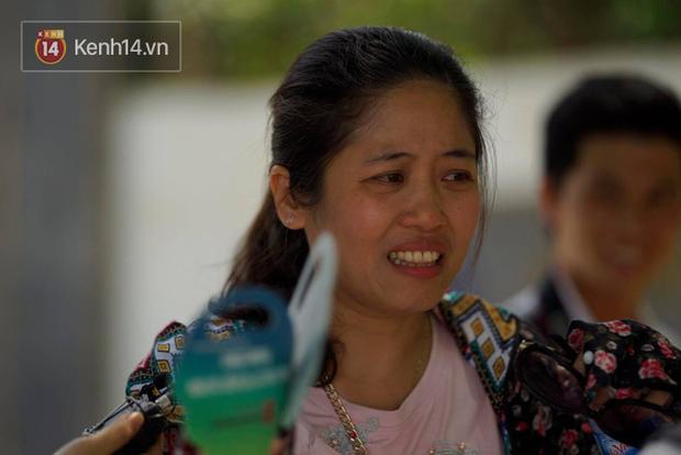 Con gái thi Lý xong nói chỉ làm được 8 điểm, bà mẹ bật khóc nức nở trước cổng trường - Ảnh 3.