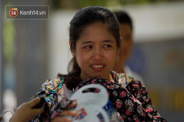Con gái thi Lý xong nói chỉ làm được 8 điểm, bà mẹ bật khóc nức nở trước cổng trường - Ảnh 4.