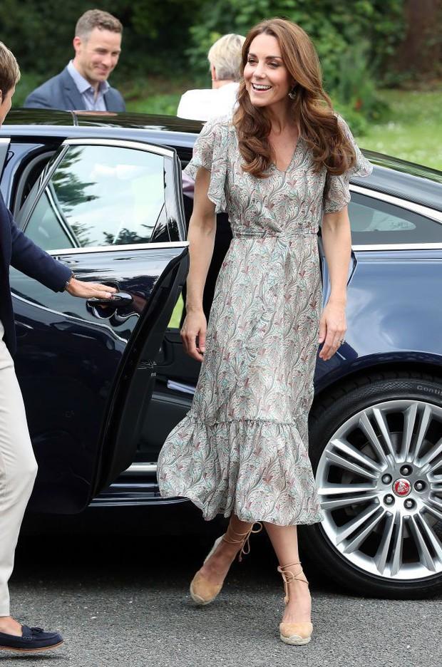 Chỉ vì sơ suất này khi trang điểm, Công nương Kate dù diện váy trẻ trung vẫn không thể che được dấu hiệu tuổi tác - Ảnh 1.
