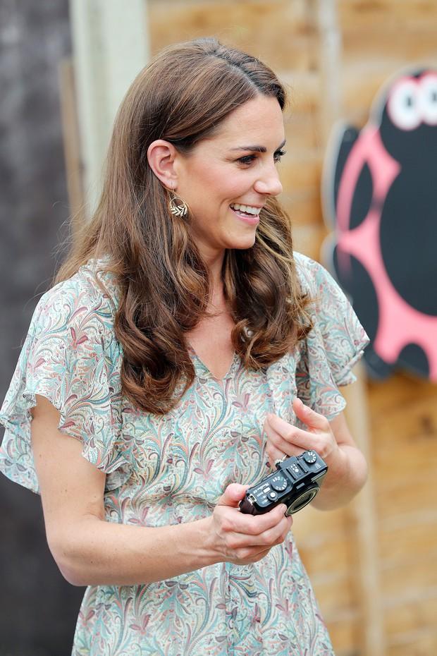Chỉ vì sơ suất này khi trang điểm, Công nương Kate dù diện váy trẻ trung vẫn không thể che được dấu hiệu tuổi tác - Ảnh 2.
