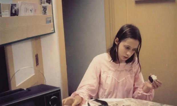 Bé gái bị bố bắt nhốt 13 năm: Biến thành người rừng bởi tổn thương thể xác lẫn tinh thần, cả đời không thể hòa nhập với xã hội - Ảnh 2.