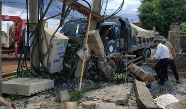 Xe ben cán nát xe máy: 600 hộ dân mất điện, 2 người thương vong - Ảnh 1.