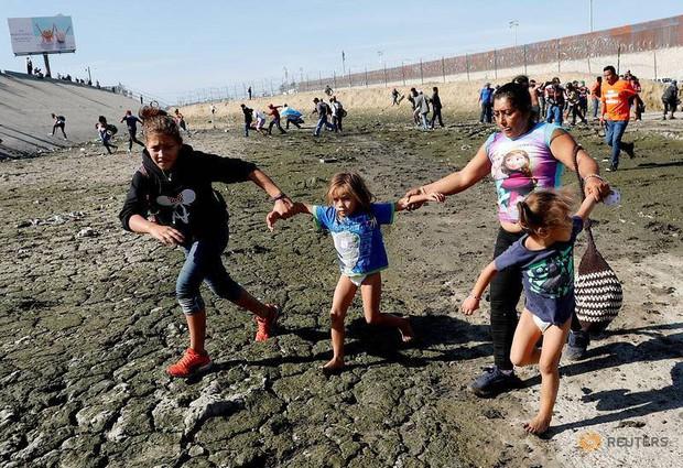 Những bức ảnh lay động lòng người cho thấy sự tàn nhẫn của thảm họa di cư, khi hàng rào thép gai nơi biên giới cứa nát cuộc đời những đứa trẻ - Ảnh 12.