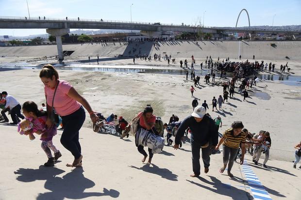 Những bức ảnh lay động lòng người cho thấy sự tàn nhẫn của thảm họa di cư, khi hàng rào thép gai nơi biên giới cứa nát cuộc đời những đứa trẻ - Ảnh 13.