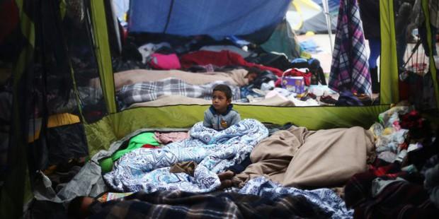 Những bức ảnh lay động lòng người cho thấy sự tàn nhẫn của thảm họa di cư, khi hàng rào thép gai nơi biên giới cứa nát cuộc đời những đứa trẻ - Ảnh 15.