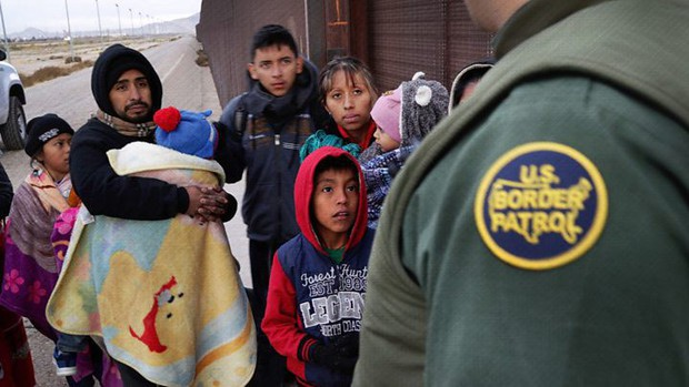 Những bức ảnh lay động lòng người cho thấy sự tàn nhẫn của thảm họa di cư, khi hàng rào thép gai nơi biên giới cứa nát cuộc đời những đứa trẻ - Ảnh 17.